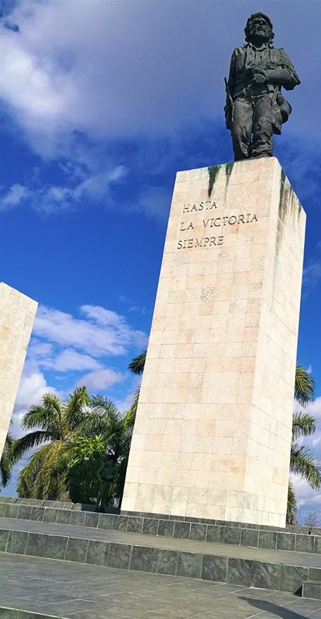 Plaza de la Revolucion a L'Avana con le effigi di Che Guevara e Camilo Cienfuegos