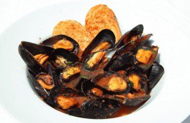 La ricetta Vistanet di oggi: zuppa di cozze in rosso, un classico della cucina casteddaia