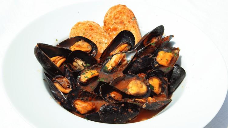 La ricetta Vistanet di oggi: zuppa di cozze in rosso alla cagliaritana, un piatto semplice e gustoso