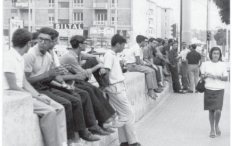 La Cagliari che non c'è più: il muretto di piazza Repubblica, ritrovo dei giovani di quattro generazioni