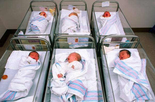 Per due giorni allatta la figlia sbagliata: due neonate scambiate in culla subito dopo la nascita