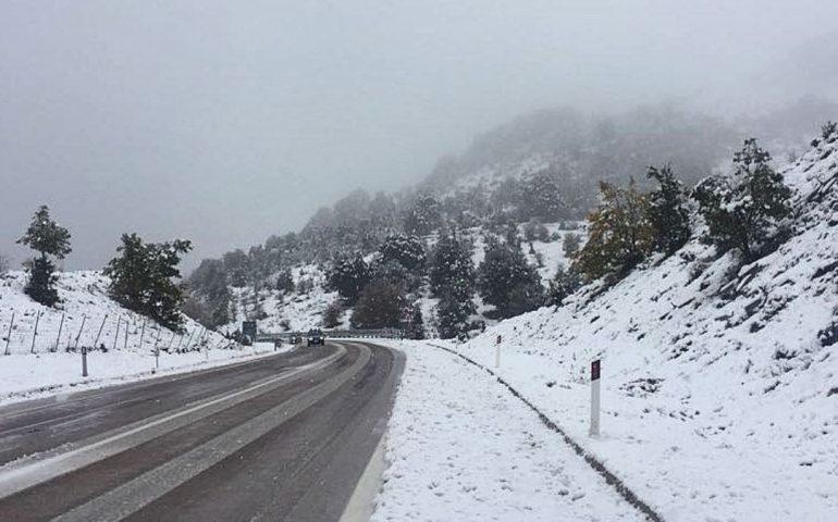 FOTO e VIDEO del giorno. La neve cade in abbondanza a Fonni e nel resto della Barbagia