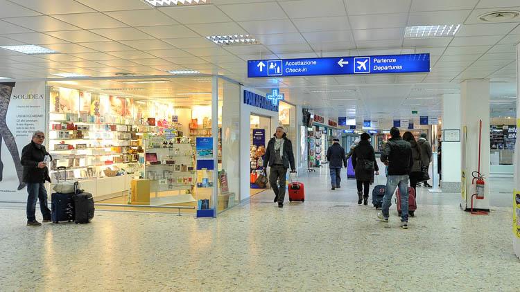 Malore all'aeroporto di Alghero: uomo di mezza età muore al gate per Bergamo