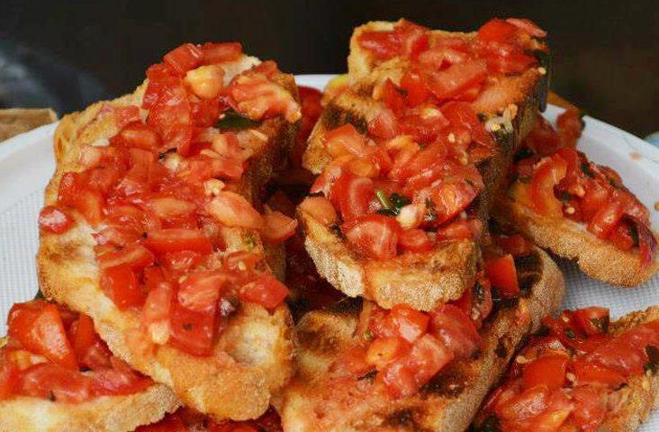La ricetta Vistanet di oggi: la bruschetta sarda, un aperitivo semplice che esalta il gusto del civraxiu