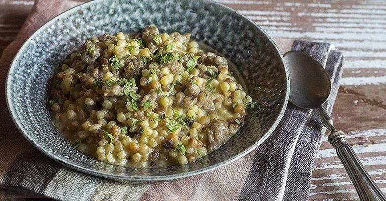 La ricetta Vistanet di oggi: fregula con salsiccia, un piatto tipico della Sardegna semplice e molto saporito