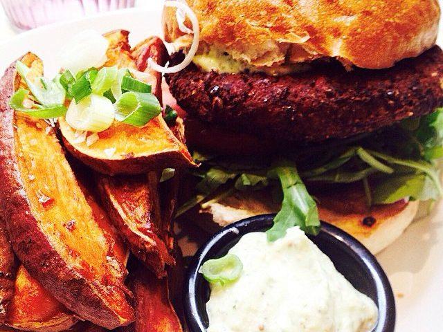 La ricetta Vistanet di oggi: hamburger di bue rosso con guanciale e crema di carciofi