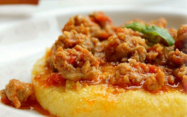 La ricetta Vistanet di oggi: polenta con sugo di salsiccia fresca, piatto gustoso contro il freddo