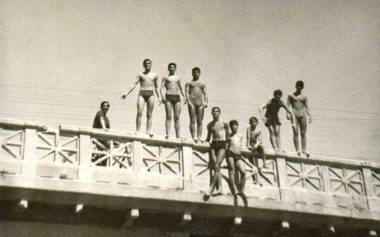 """La Cagliari che non c'è più: """"Ajò a tuffare"""" quando negli anni '50 e '60 si diceva così, si intendeva al ponte de Sa Scaffa"""