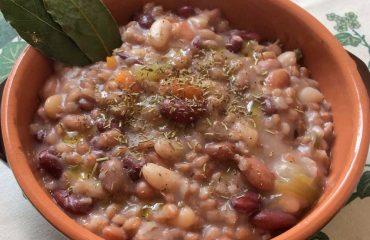 La ricetta Vistanet di oggi: la zuppa di legumi misti, un piatto di stagione saporito e nutriente
