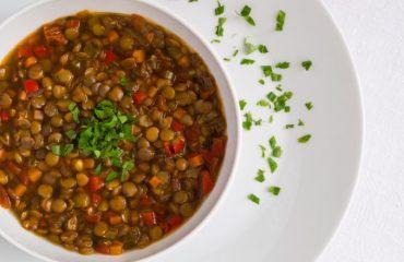 La ricetta: lenticchie in umido, un piatto simbolico ricchissimo di proprietà nutritive. Perché si mangiano a Capodanno?