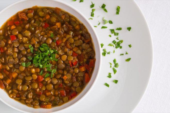 La ricetta Vistanet di oggi: lenticchie in umido. Perché si mangiano a Capodanno?