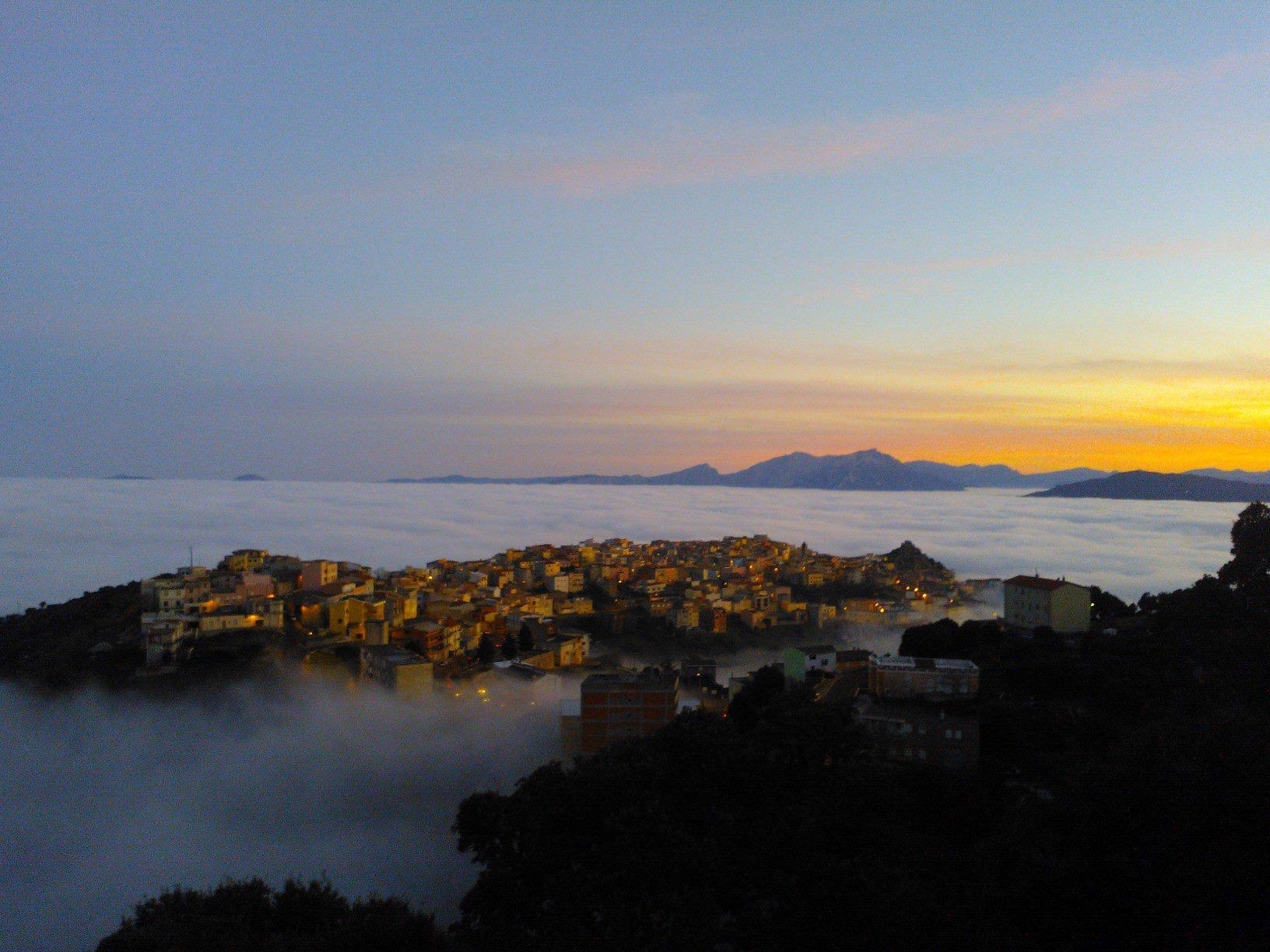Orune, il paese immerso nella nebbia - Foto di Francesco Goddi, Fonte www.terredisardegna.it