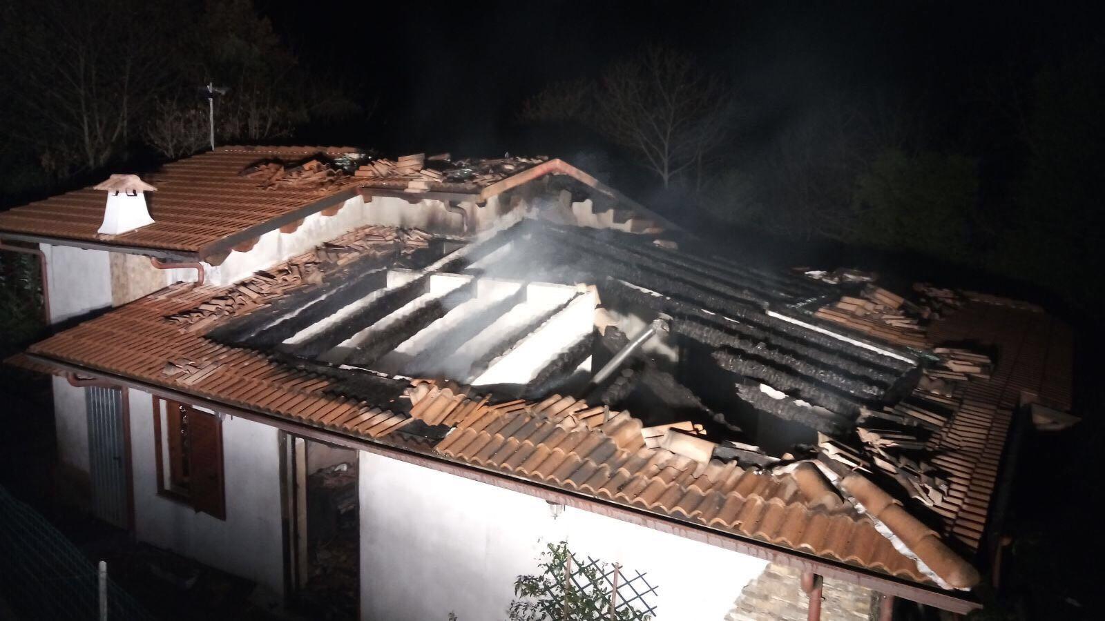 Beinasco: tetto in fiamme in un'abitazione di Fornaci