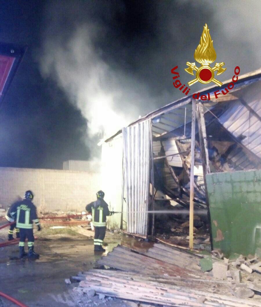 cagliari incendio in un ex mobilificio vicino alla chiesa On mobilificio vicino a me