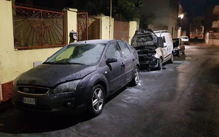 Auto e furgone in fiamme: attentato incendiario contro titolare di una pizzeria di Assemini