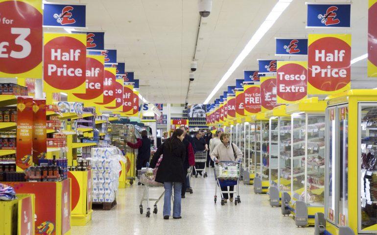 Cibo scaduto in vendita nei supermercati: l'iniziativa di una catena inglese contro gli sprechi