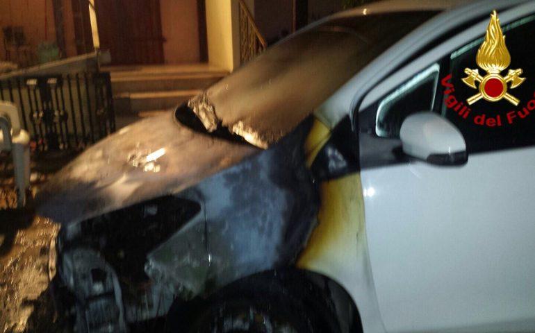 Muore mentre cerca di spegnere le fiamme divampate nella sua auto. Tragedia a Orosei