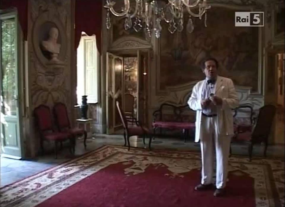 Philippe Daverio all'interno di Villa d'Orri