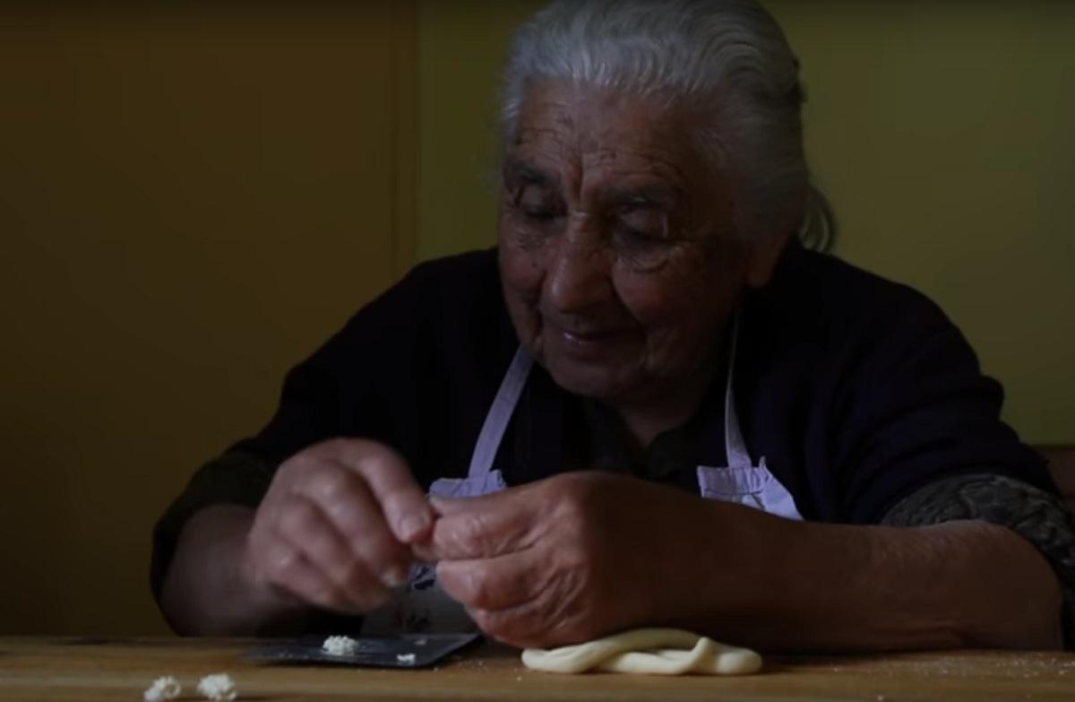 Giuseppa Porcu di Ozieri 95 anni fa la pasta - Foto dal video di Grannies