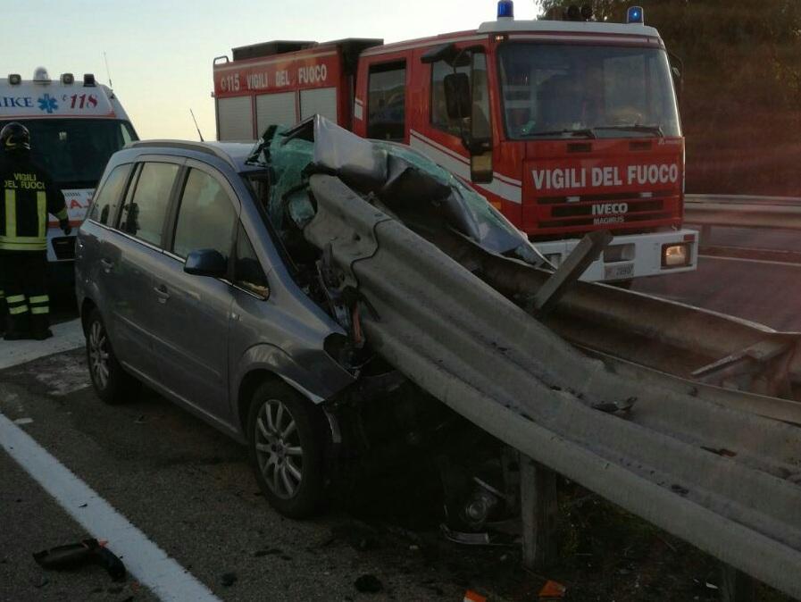 Auto contro guardrail, donna in coma. Frattura cranica per neonato