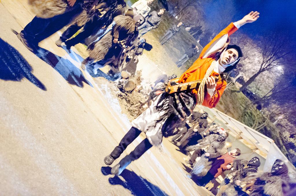 La danza dei Mamuthones e degli Issohadores, durante i fuochi di Sant'Antonio - Fonte www.mamoiada.it
