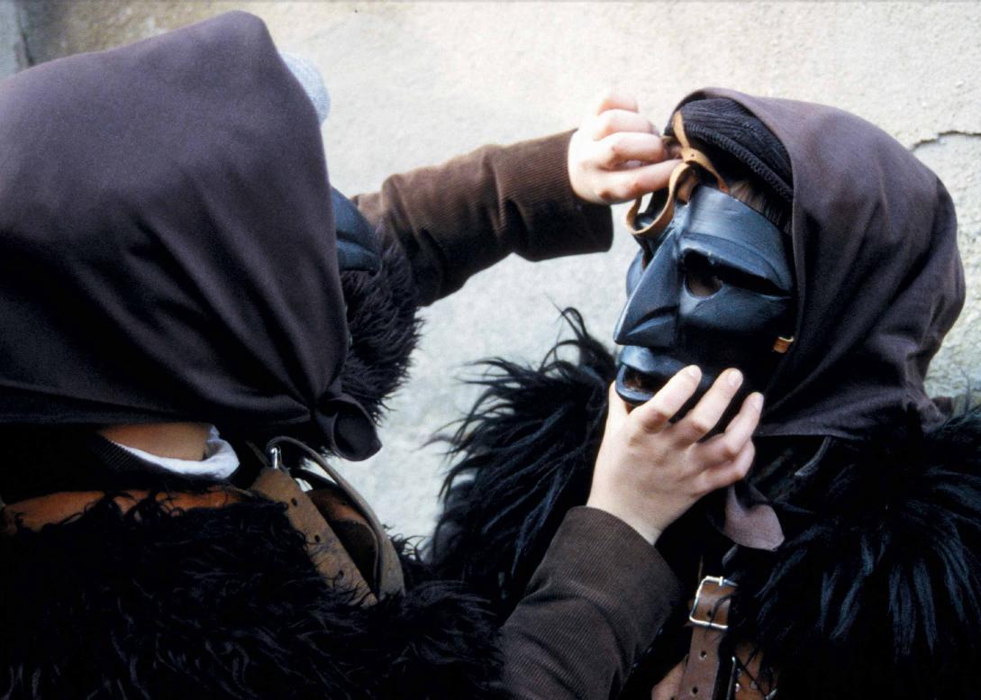 Mamuthones durante il rito della vestizione - Foto di Giulio Concu, Fonte www.itenovas.com
