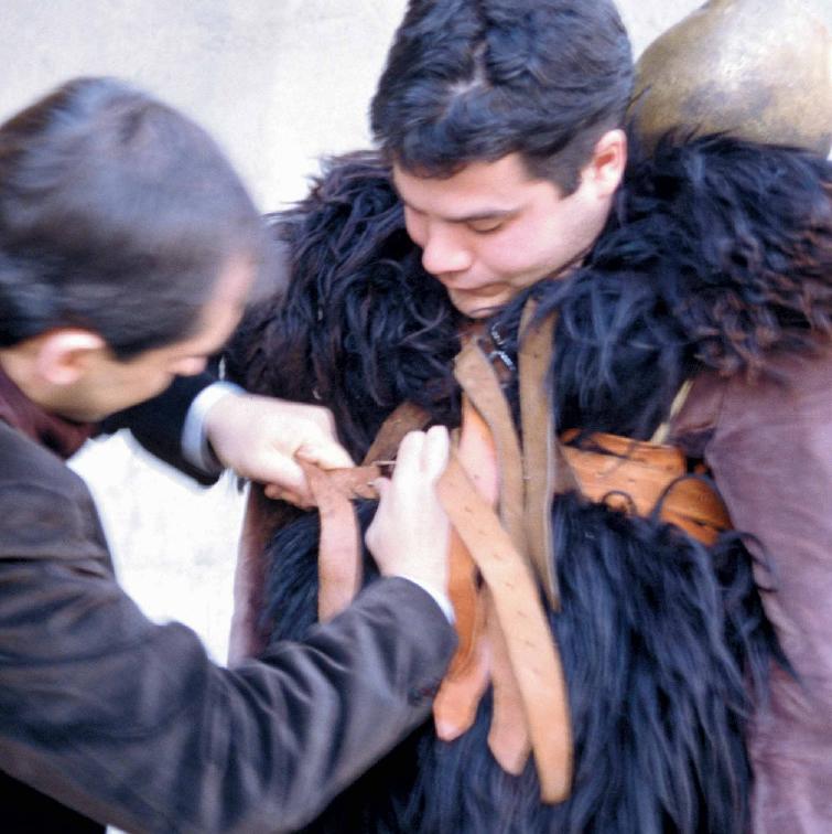 Mamuthones durante la vestizione - Foto di Giulio Concu, Fonte www.itenovas.com