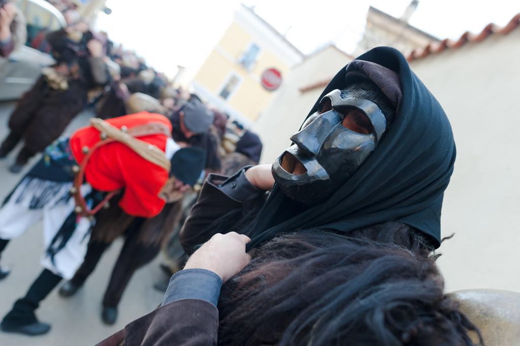 Mamuthones e Isshoadores, scorci del carnevale mamoiadino - Fonte www.mamoiada.it