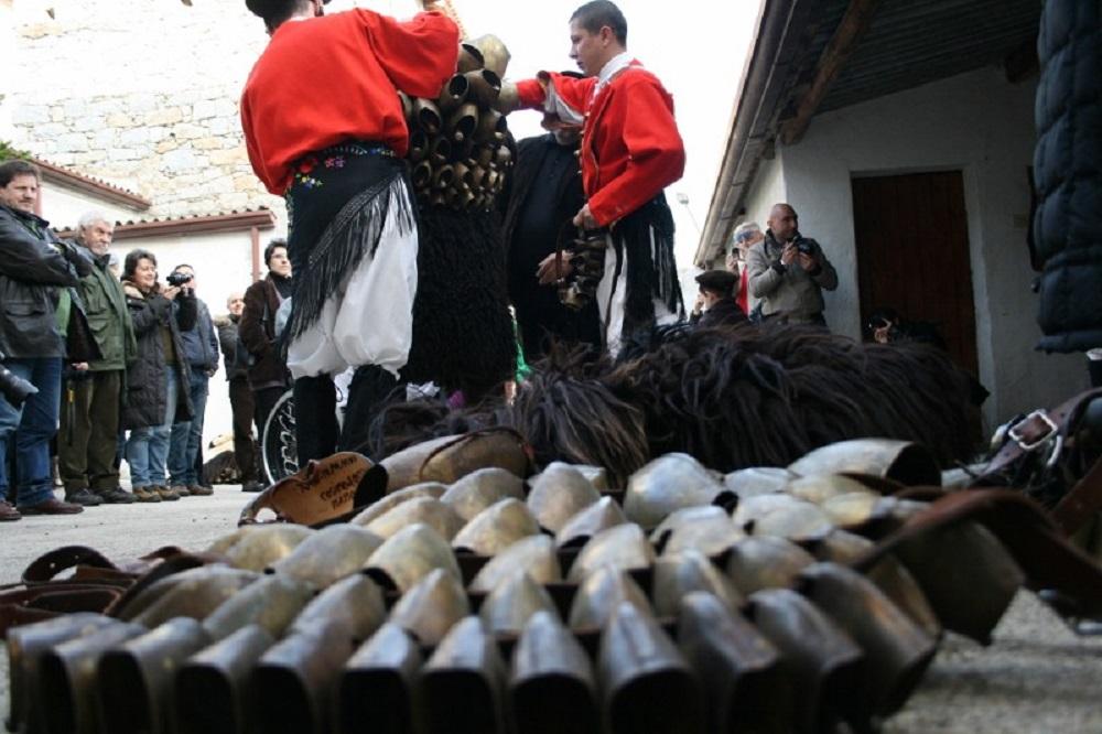 Mamuthones e Issohadores, la vestizione - Fonte www.pecoranera.eu