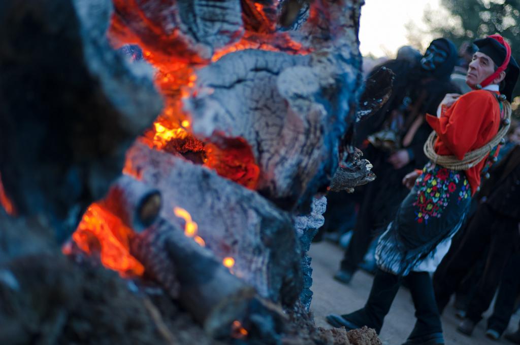 Mamuthones e Issohadores, momenti della danza - Fonte www.mamoiada.it