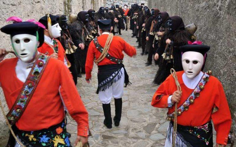 Carnevale in Sardegna: a Mamoiada si accende il fuoco e si risvegliano Mamuthones e Issohadores