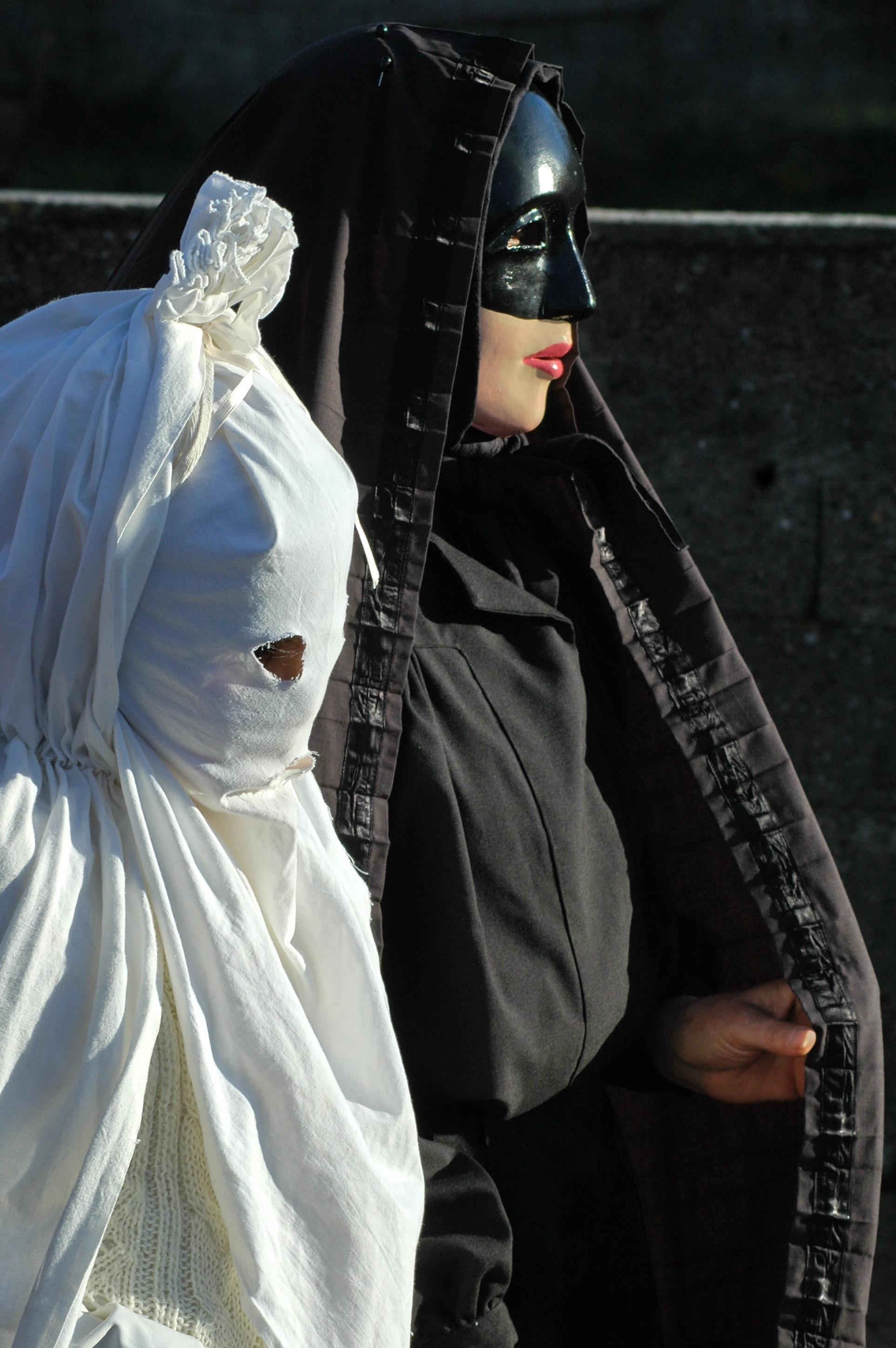 Maschera a Lenzolu nelle due varianti - Foto di Cristiano Cani