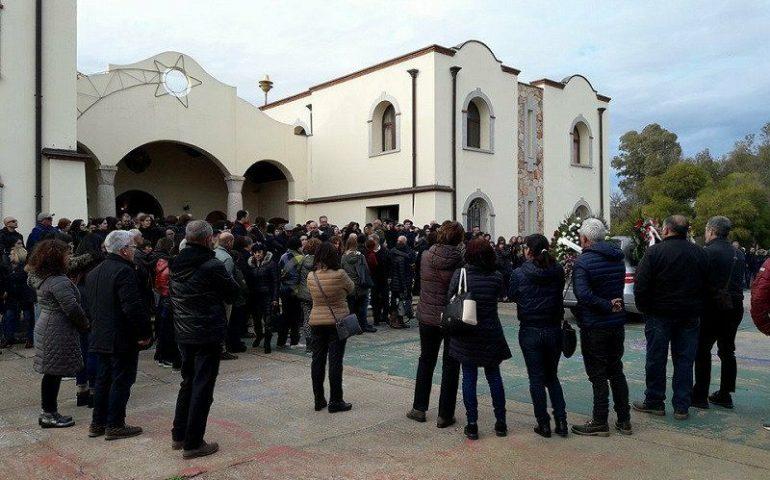 Tortolì, la comunità abbraccia la famiglia Pisano nell'ultimo saluto a Luca