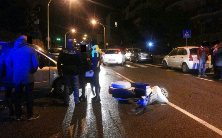Perde il controllo dello scooter e finisce sull'asfalto: 45enne trasportata al Marino