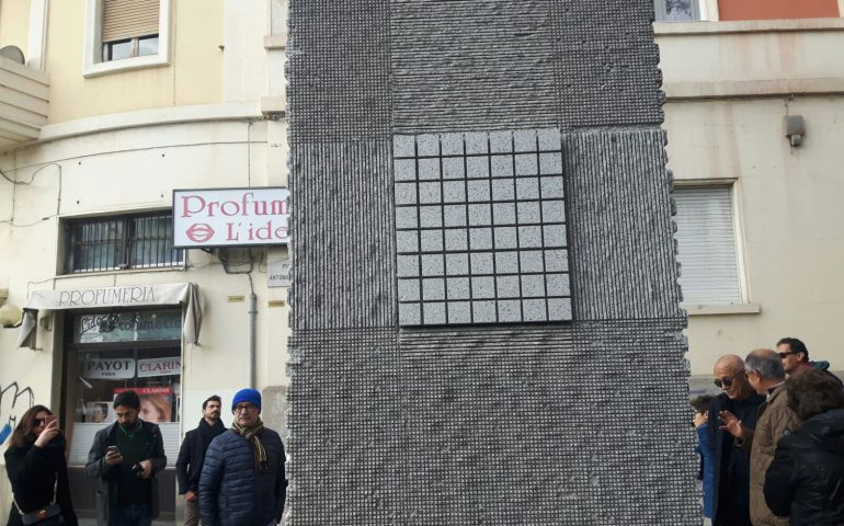 (VIDEO) L'arte di Pinuccio Sciola rivive in piazza Gramsci: svelata la scultura dedicata all'intellettuale di Ales