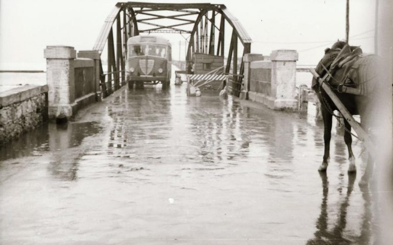 La Cagliari che non c'è più: 1956, il bus Giorgino-Calamosca sul Ponte della Scaffa