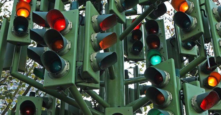 """Semafori intelligenti che """"parlano"""" con le auto: la sperimentazione in Australia"""