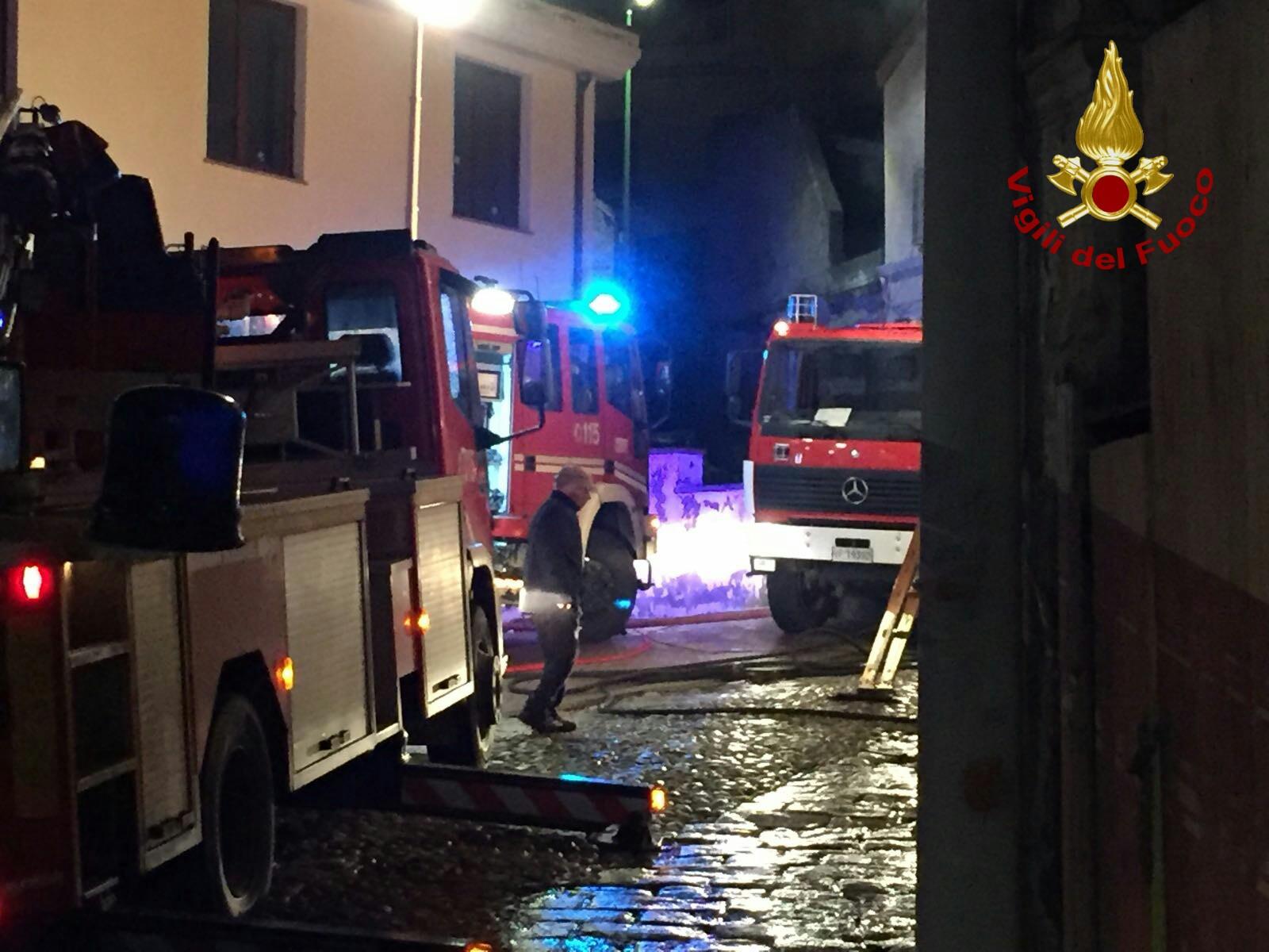 Incendio a Castel D'Argile: a fuoco appartamento, stabile evacuato e alcuni intossicati