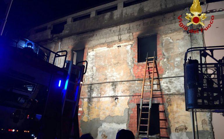 RIVARA - Incendio in un alloggio: intervento dei vigili del fuoco