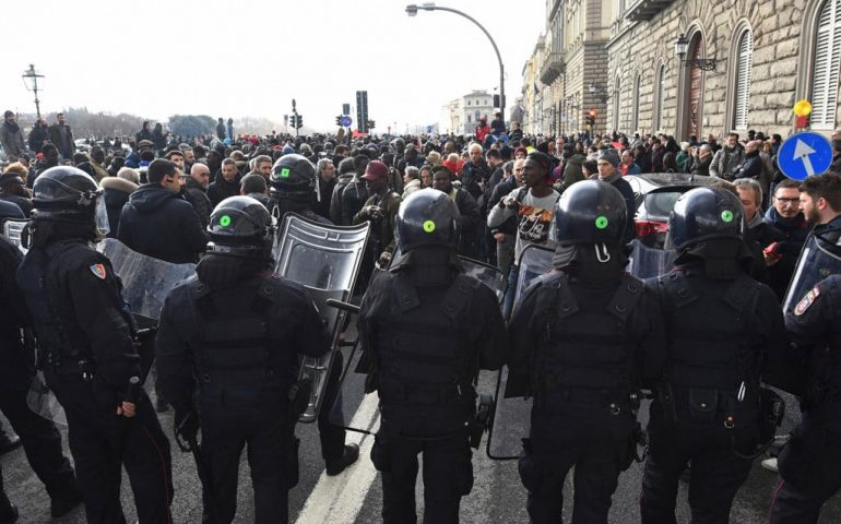 Chi rompe paga: i senegalesi di Firenze si autotassano per riparare le fioriere danneggiate durante la protesta
