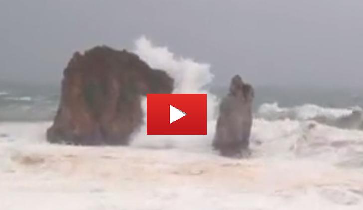 VIDEO Lo spettacolo del mare in tempesta che si infrange sui faraglioni di Portu Banda