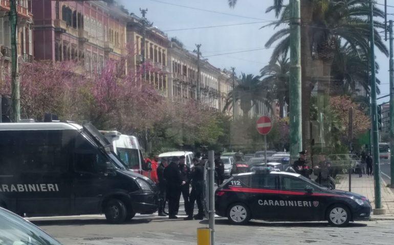 Largo Carlo Felice, lite fra stranieri davanti alla Rinascente: una donna in ospedale