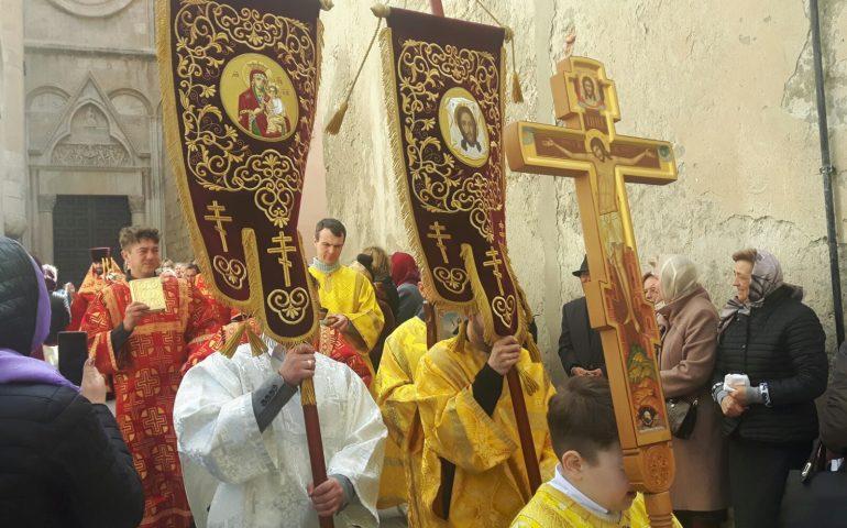 Pasqua ortodossa: centinaia di fedeli alla cerimonia nella chiesa in Castello