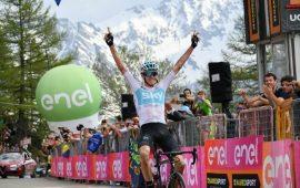 Giro d'Italia. Nel giorno dell'abbandono di Aru un Froome pazzesco vince tutto: tappa, maglia rosa e Cima Coppi