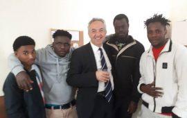 Migranti, l'assessore Spanu incontra i ragazzi del centro di accoglienza Le Sorgenti di Villacidro