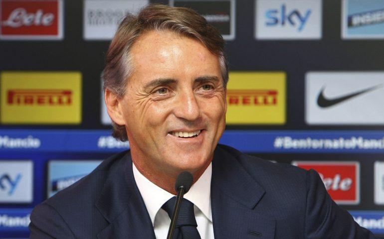 """Roberto Mancini soccorre un'anziana in strada. """"Fortuna che l'Italia non partecipa ai mondiali"""""""