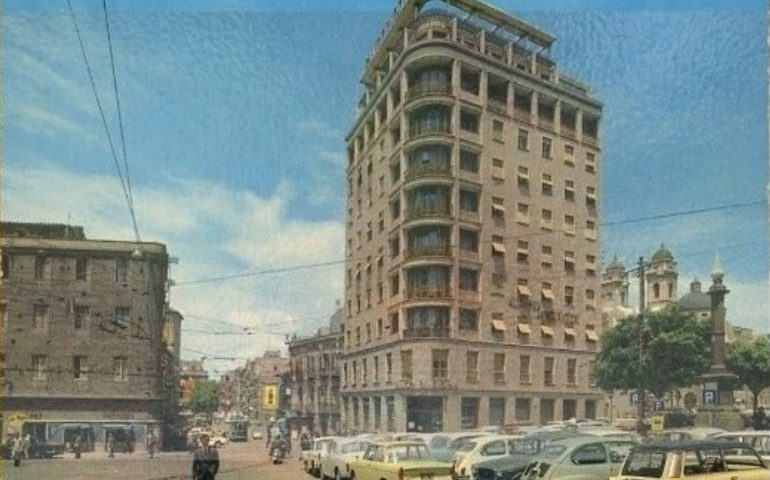 La Cagliari che non c'è più: piazza Yenne nel 1966, con parcheggio selvaggio e il corso non pedonale