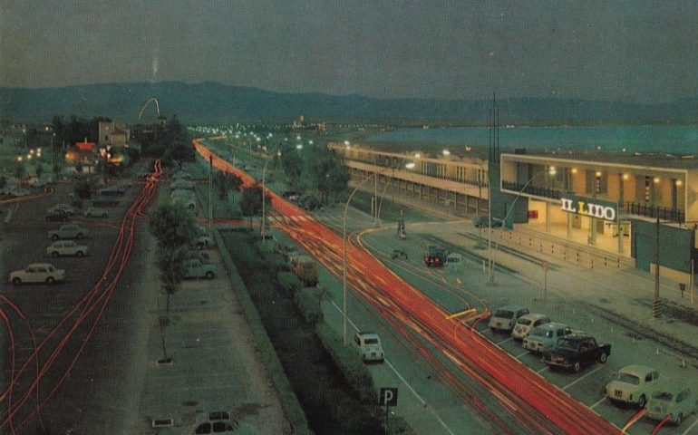 La Cagliari che non c'è più: giochi di luce nella Cagliari by night del 1970