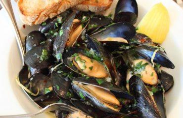 La ricetta Vistanet di oggi: cozze alla marinara, classico della cucina di pesce casteddaia