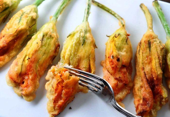 La ricetta Vistanet di oggi: fiori di zucca impastellati e fritti, un antipasto semplice e saporito